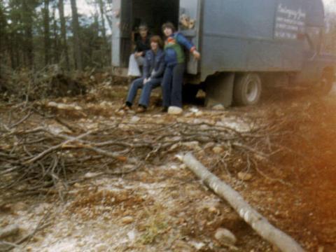 Au chalet avec les enfants de Jacqueline derrière le camion chevrolet 75 de Yvon.