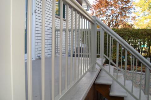 Balcons en fibre de verre, escaliers et rampes d'aluminium.