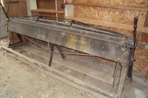 Dans sa boutique, se trouvait cette plieuse en fonte de huit pieds pour le métal en feuille.