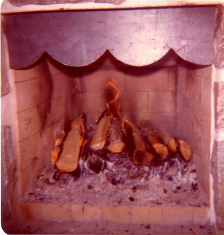 Mars 1975 devant le foyer fabriqué par Yvon à son chalet.