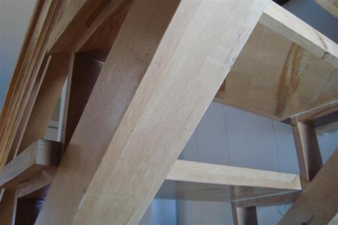 Escalier avec du bois de récupération.