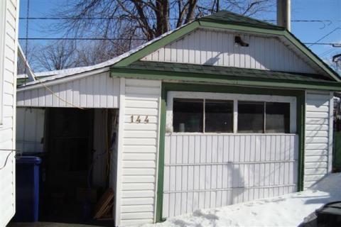Yvon avait convertie son garage en boutique ou shop comme il aimait si bien dire.