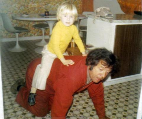 Yvon fait du cheval avec Isabelle.