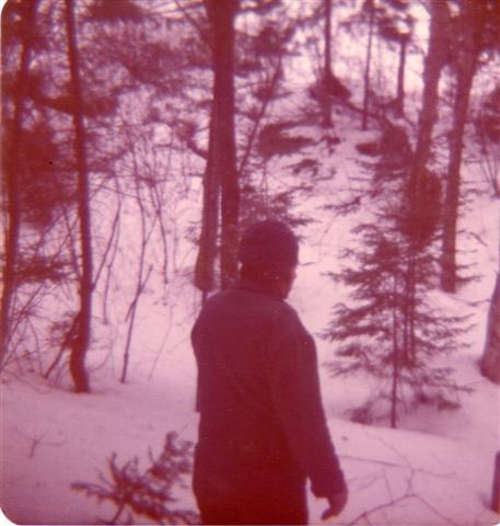 Yvon sur le terrain de ma futur propriété en mars 1974.