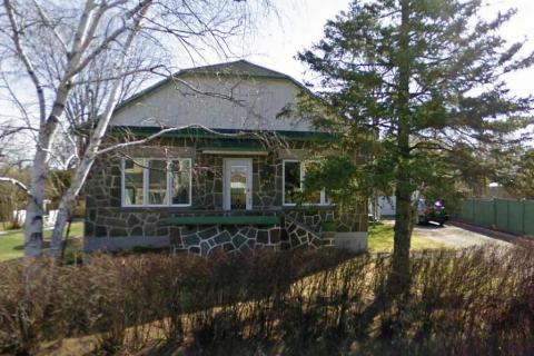 Voici la maison de Yvon dont le permis de construction émis par la Ville de Ste-Rose est daté du 9 août 1949.Il a construit sa maison à temps perdu, et a installé lui-même la pierre les soirs et les fins de semaine.