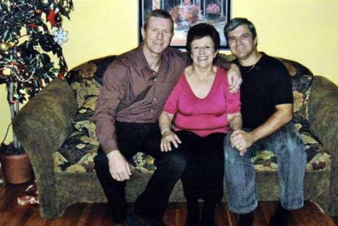 Jacqueline entourée de ses deux garçons, Jocelyn et Marco.