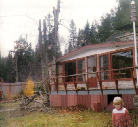 Vue du chalet de Yvon en facade avec la petite Isabelle. Remarquez Michel dans l'arbre ainsi que Jocelyn et Marco sur la toiture.